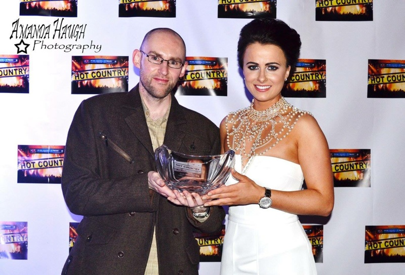 Anthony presenting Lisa McHugh with her Hot CountryOTRT Female Entertainer of the Year Award in 2015